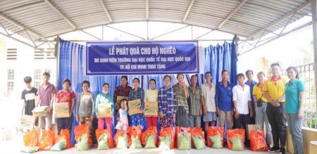 Đoàn phường Tân Quy Đông: tổ chức phát quà cho người nghèo trên địa bàn phường