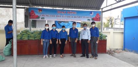 Mặt trận Tổ quốc Việt Nam phường Tân Quy Đông phát 110 phần quà cho hộ nghèo, cận nghèo trên địa bàn