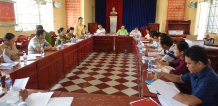 Ủy ban nhân dân phường Tân Quy Đông xét duyệt hỗ trợ người dân gặp khó khăn do đại dịch Covid-19