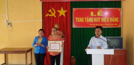 Đảng ủy phường Tân Quy Đông: trao tặng huy hiệu Đảng đợt 19/5/2020