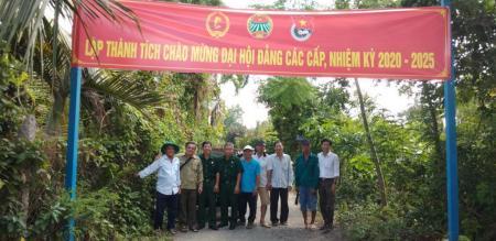 Hội Cựu chiến binh phường Tân Quy Đông giúp nhân dân dặm vá đường giao thông nông thôn