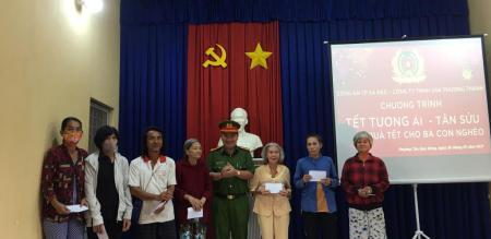 Ủy ban nhân dân phường Tân Quy Đông phát 50 phần quà cho hộ nghèo, cận nghèo trên địa bàn