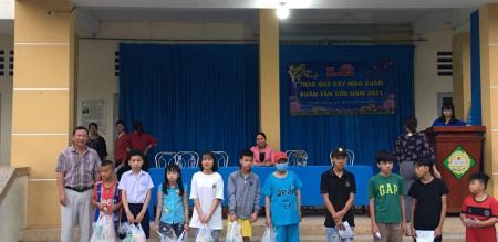 """Phường Tân Quy Đông: phát 143 phần quà """" Cây mùa xuân"""" cho trẻ em nghèo năm 2021"""