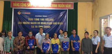 Ủy ban nhân dân phường Tân Quy Đông phát 50 phần quà cho hộ nghèo, cận nghèo trên địa bàn phường